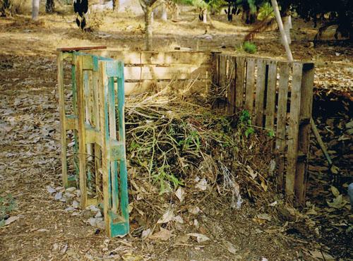 כלוב ממשטחי עץ לתיחום ערמת קומפוסט